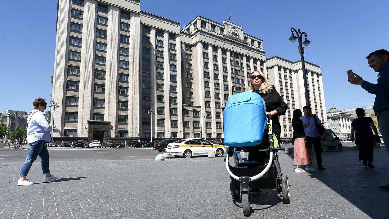 Здание Государственной Думы ребенок коляска