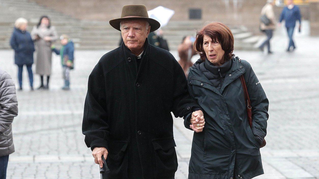 семья туристы пенсионеры люди улица