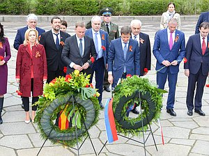 Delegation of the State Duma laid wreaths at the monument to the Soldier-Liberator in Treptower Park in Berlin