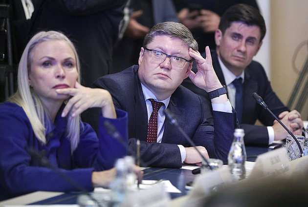 Member of the Committee on State Building and Legislation Irina Belykh and First deputy head of the United Russia faction Adrey Isaev