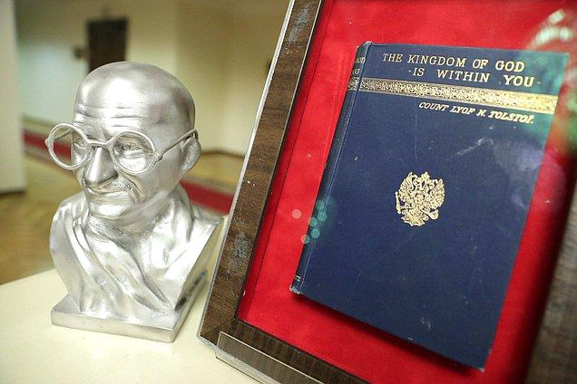 Неизвестные украли останки Махатмы Ганди вдень его юбилея
