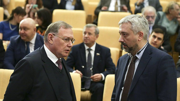 Member of the Committee on International Affairs Evgeniy Primakov (on the right)